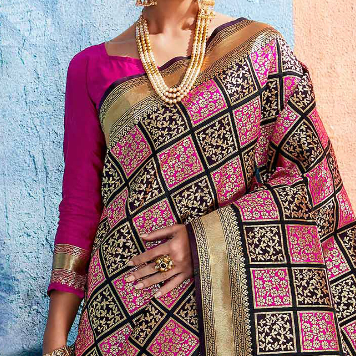 Prominent Black-Pink Colored Festive Wear Handloom Silk Saree
